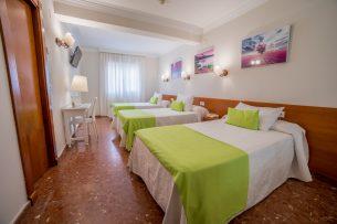Habitación Triple del Hotel Romerito (Málaga)